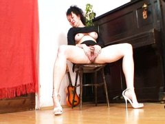 Mature mom and her hai... - Redtube
