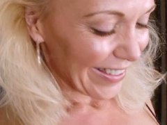 Busty mature spreads p...