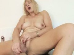 Thumbmail - Old amateur mom dildo fun