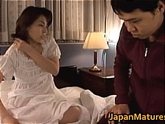 Mature Japanese chick gets fingered p...