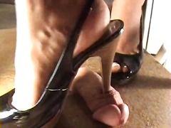 She digs her high heel... - Xhamster