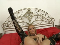 Devilish milf Cathy Campbell is finge...