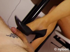 Nylon pantyhosed secretary gives shoe...