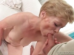 Hairy granny gets fing...