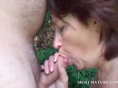 Nuvid - Naked mommy blows hard pecker outdoor