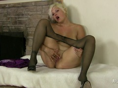 See: Milf kelly plays with ...