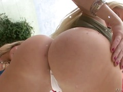 Updatetube Movie:Blonde long haired turned on l...