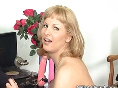 Great blonde milf suck...