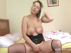 Nuvid - Lusty mature tramp fingering her juicy snatch