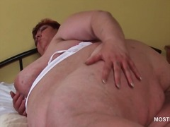 Mature bbw masturbating her fat horny cunt in bed