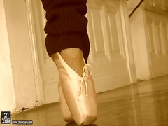 Blonde opens her legs ... video