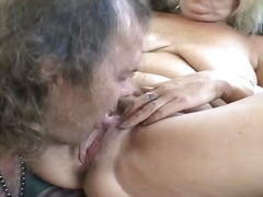 Curvy old blonde broad spreads her le...