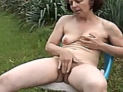 Thumb: Mom is play with her v...
