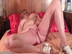 Thumbmail - Naked older woman who ...