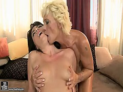 Blonde gets her slit attacked by lesbian bijous tongue