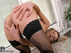 PinkRod Movie:Blonde marilyn cole strips dow...