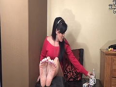 Barefoot MILFie Shows ... video